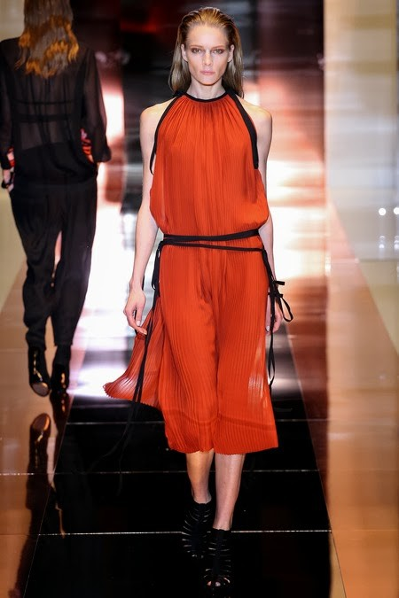 WHAT EVERY WOMAN NEEDS: How to wear orange (Gucci)